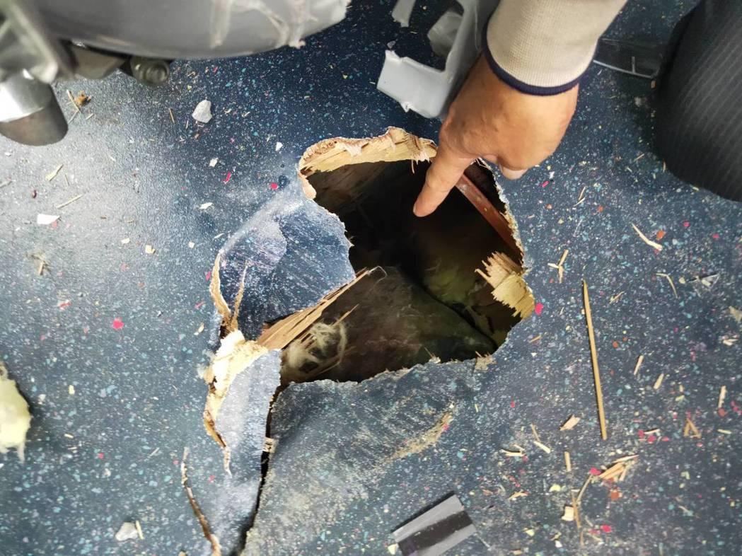 今天下午一輛遊覽車行經花蓮太魯閣國家公園九曲洞隧道口附近時,被落石砸破車頂,遊覽...