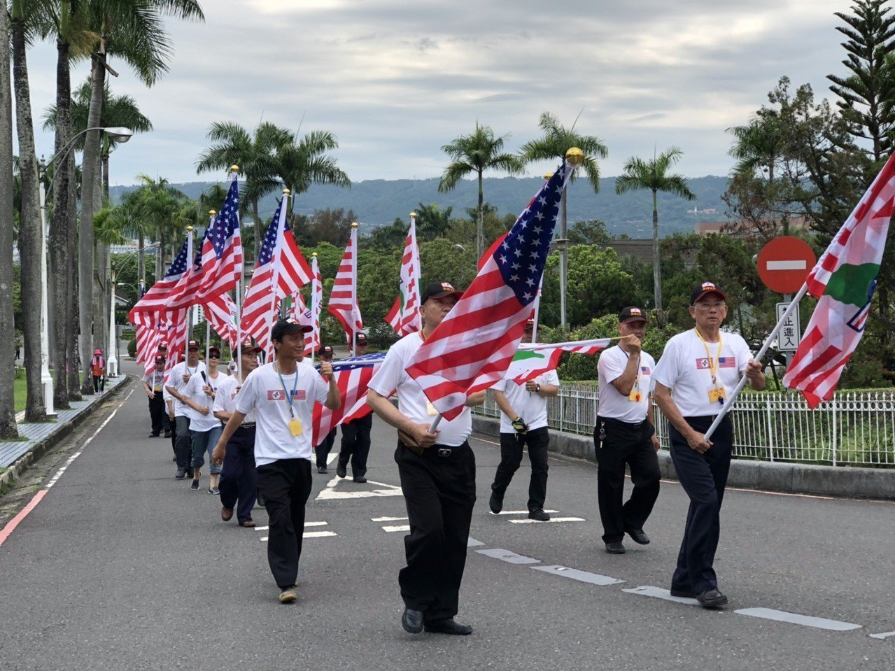 「台灣政府」下午企圖在省府大樓升台灣政府旗遭南投警方攔阻,改舉美國和台灣政府旗在...