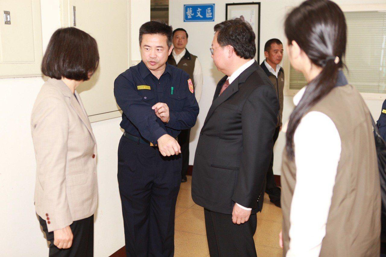 龍潭警分局長蕭欽杰說新制服更有彈性。 記者國樑/翻攝