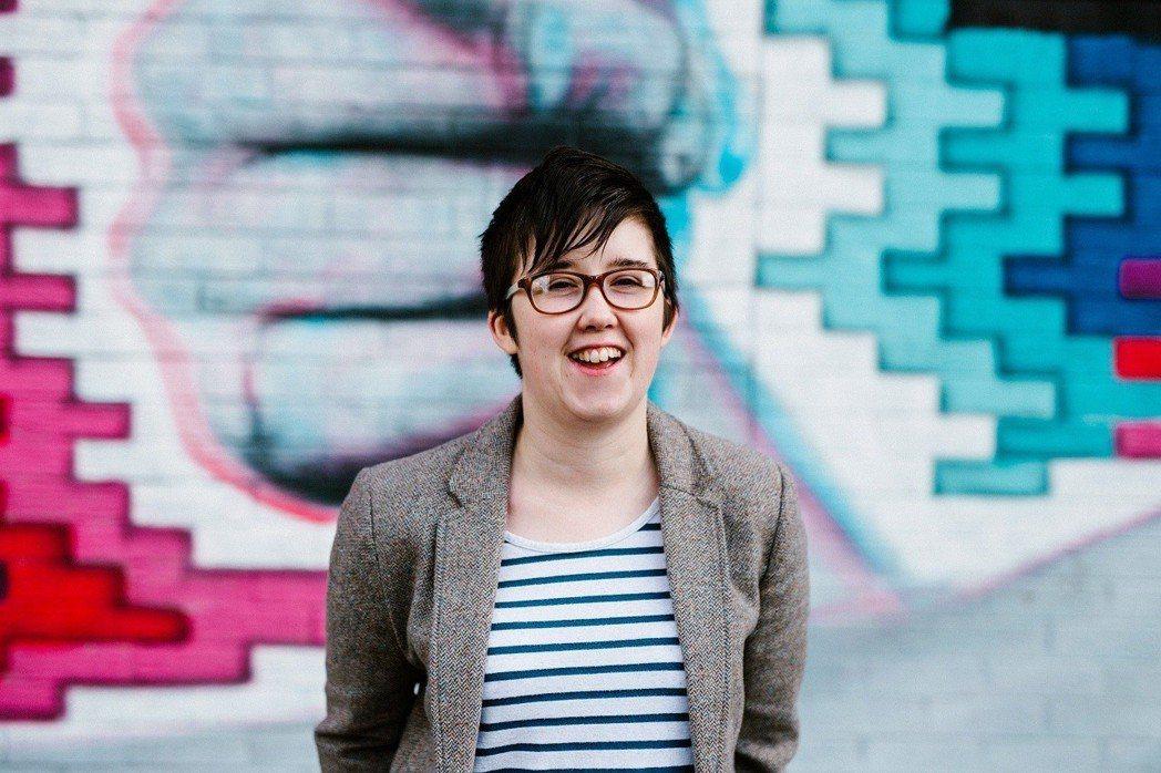 18日晚間在北愛爾蘭第二大城德利採訪暴動時不幸喪命的英國女記者麥奇生前影像,攝於...