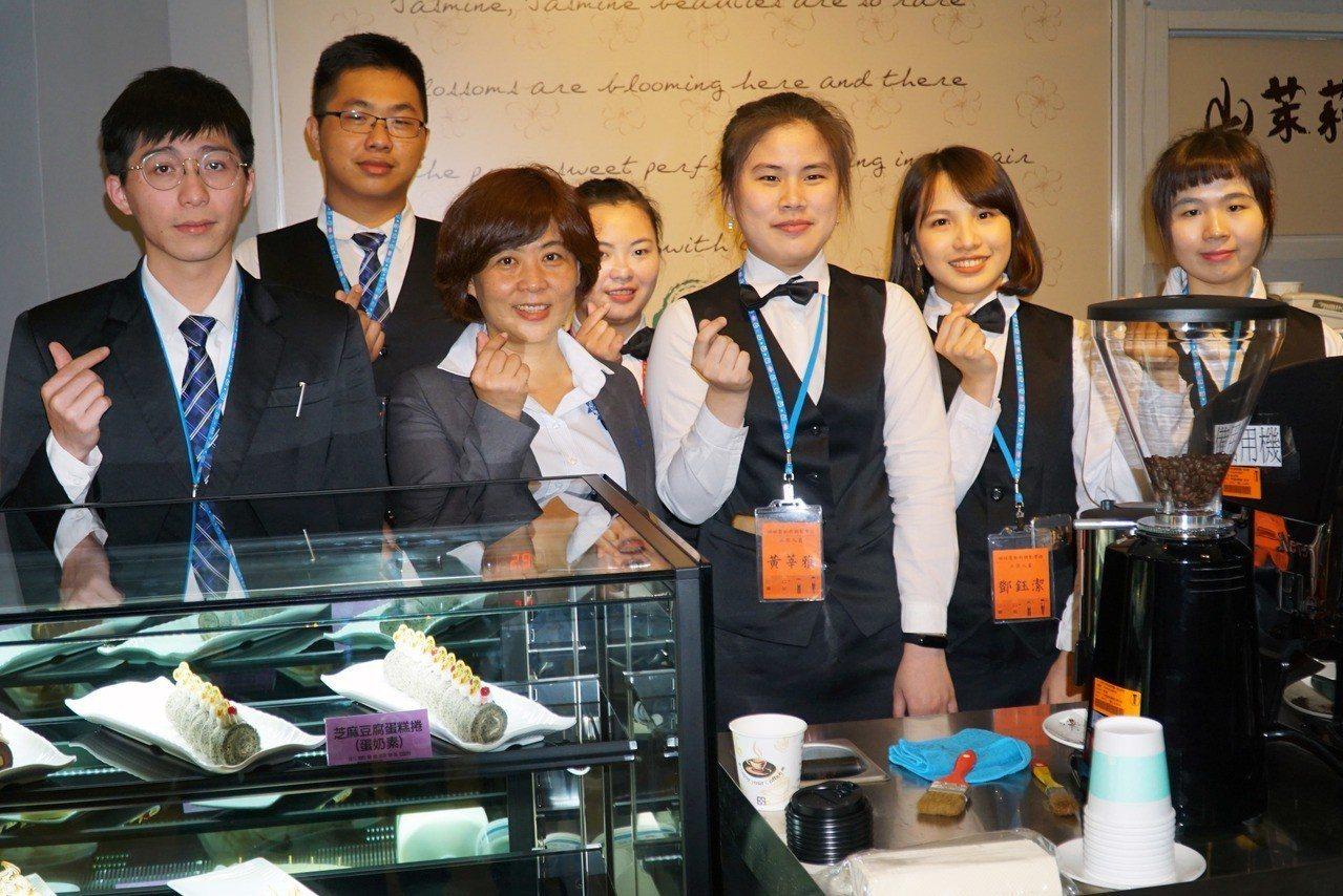 藍帶國際學院遲惠美經理(前排左二)與大葉大學烘焙學程學生互動。圖/大葉大學提供