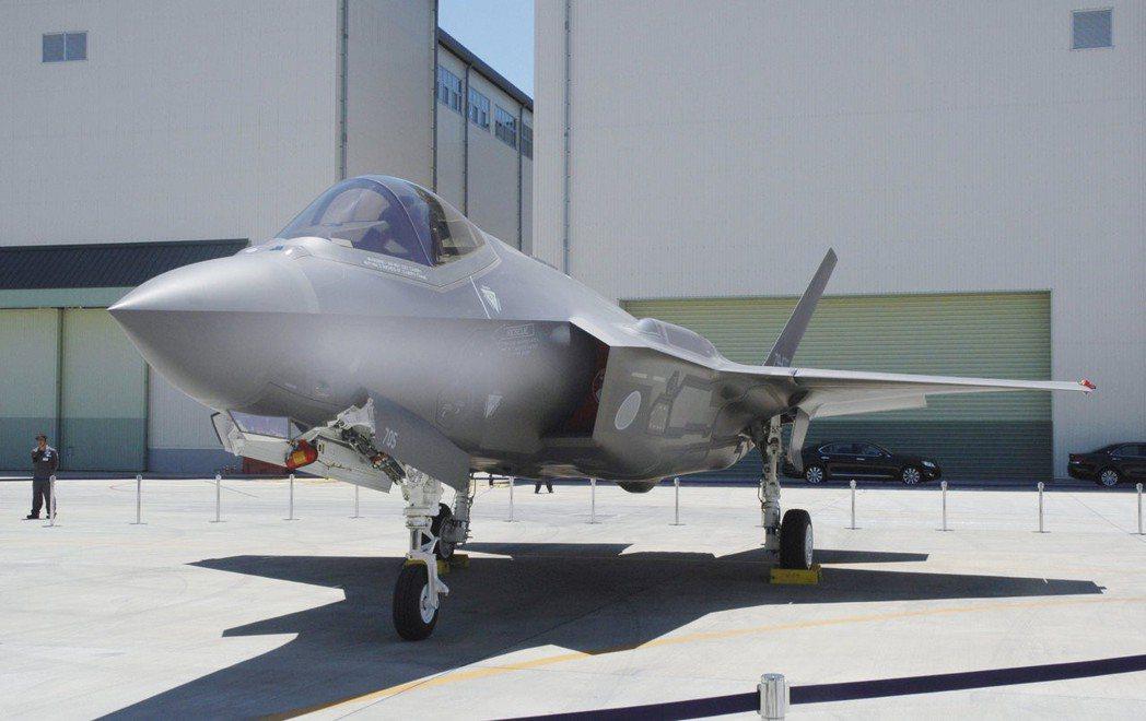 停放在三菱重工愛知縣豐山町工廠的日本自衛隊F-35A匿蹤戰機。路透