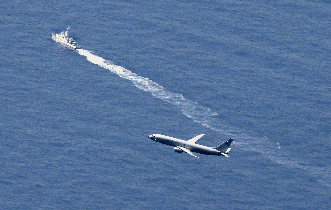 日本海上自衛隊與美軍加緊搜索失事的F-35A戰機。路透