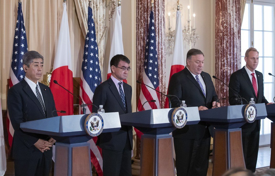 美國國務卿龐培歐(右二)、美國代理國防部長夏納翰(右)、日本外務大臣河野太郎(左...