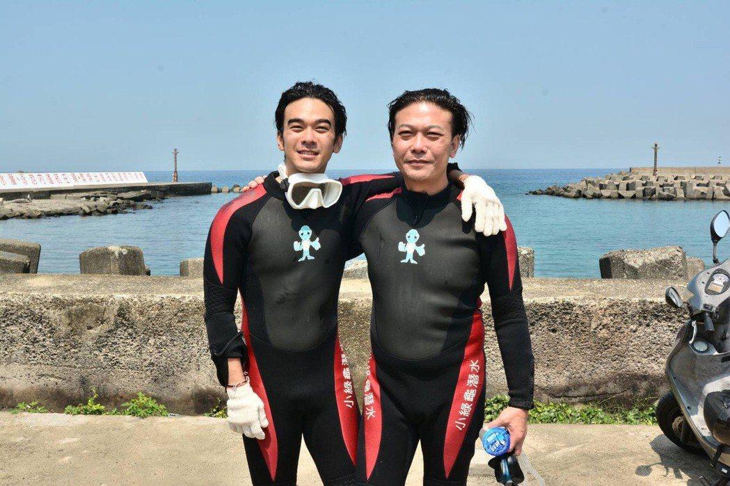 錢小豪(右)20日一早帶著大兒子龐景峰(左)前往屏東小琉球潛水兼清理垃圾,享受天...