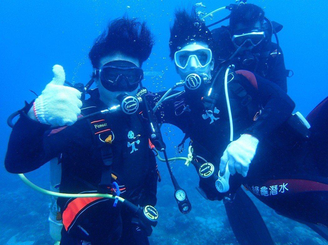 錢小豪與兒子龐景峰一同潛水看海底生物。圖/紅心字會提供