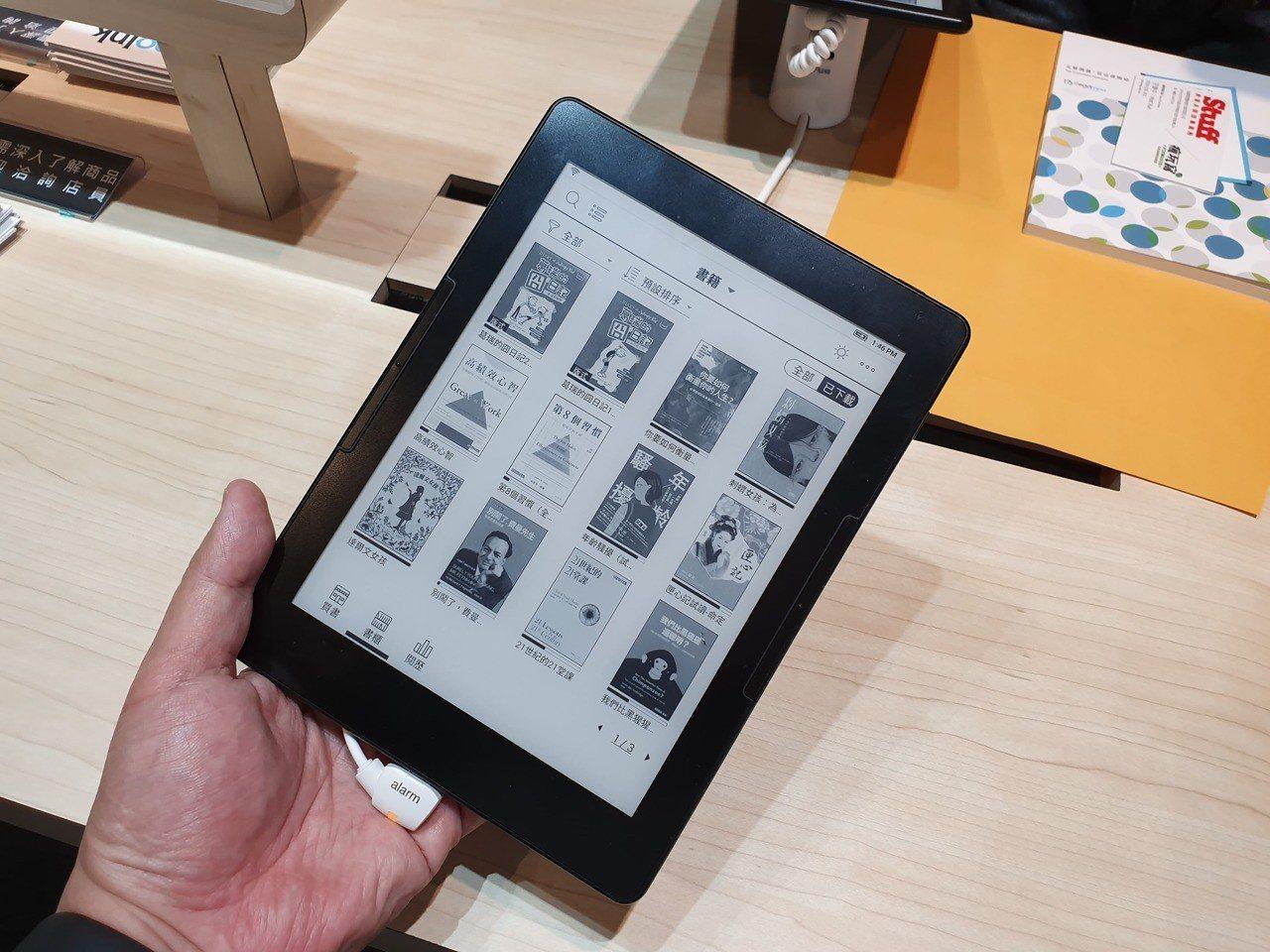 電子紙輕薄、省電、不傷眼的優勢,吸引越來越多讀者使用。記者黃筱晴/攝影