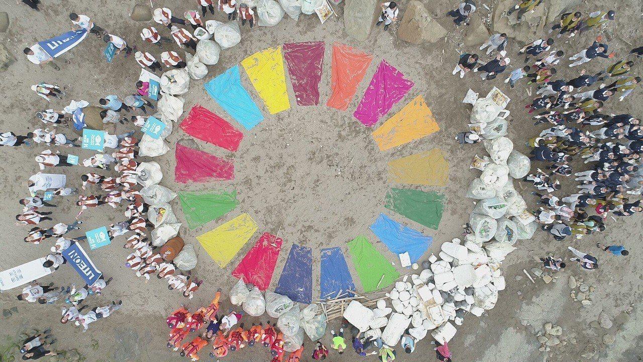 光寶科技企業志工今天聯合在地機關、居民、民間團體250多人組成人龍,到基隆八斗子...