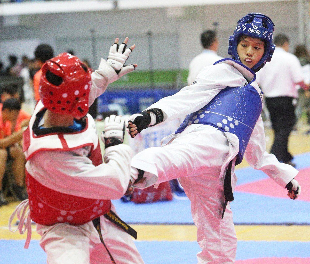 朱曼琳(右)金牌戰以13:2踢下樹林高中胡巧恩,完成國女59公斤級2連霸。記者劉...