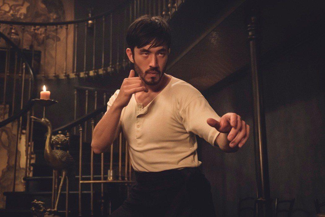 「唐人街戰士」主角無論造型、動作都有李小龍的影子。圖/HBO提供