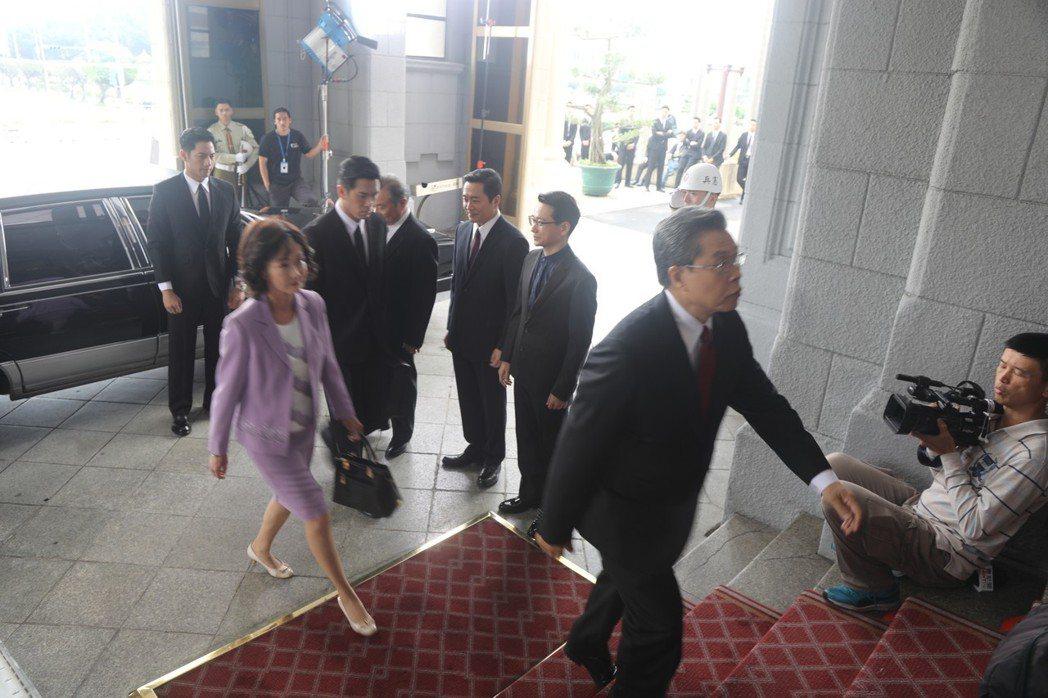 楊烈、應采靈在「國際橋牌社」演出總統伉儷,踏進總統府。圖/馬克吐溫國際影像公司提...