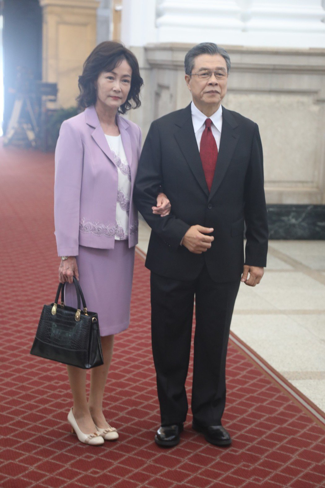 楊烈、應采靈在「國際橋牌社」演出總統伉儷,踏進總統府。圖/馬克吐溫國際影像公司提