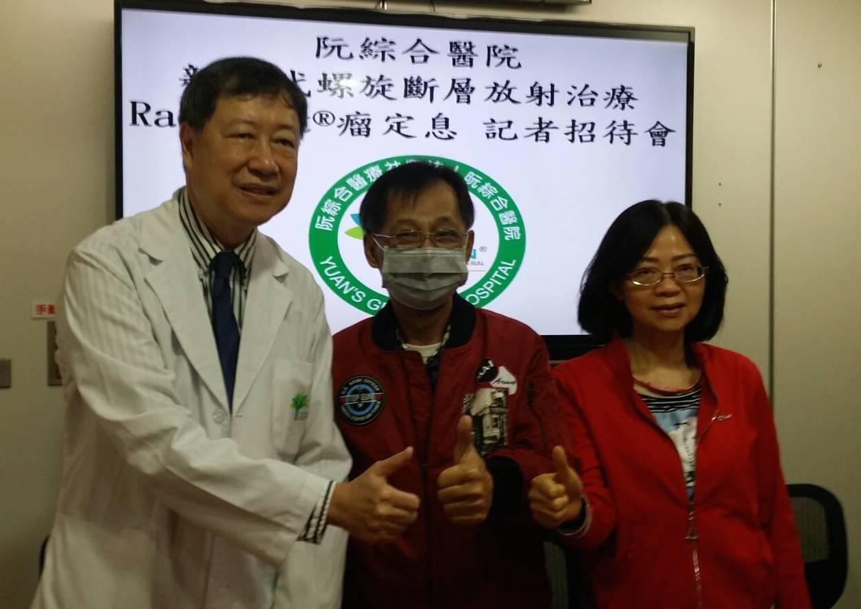 鼻咽癌三期病患李先生(中)分享求醫治療的過程,並感謝阮綜合醫院副院長梁雲(左)。...