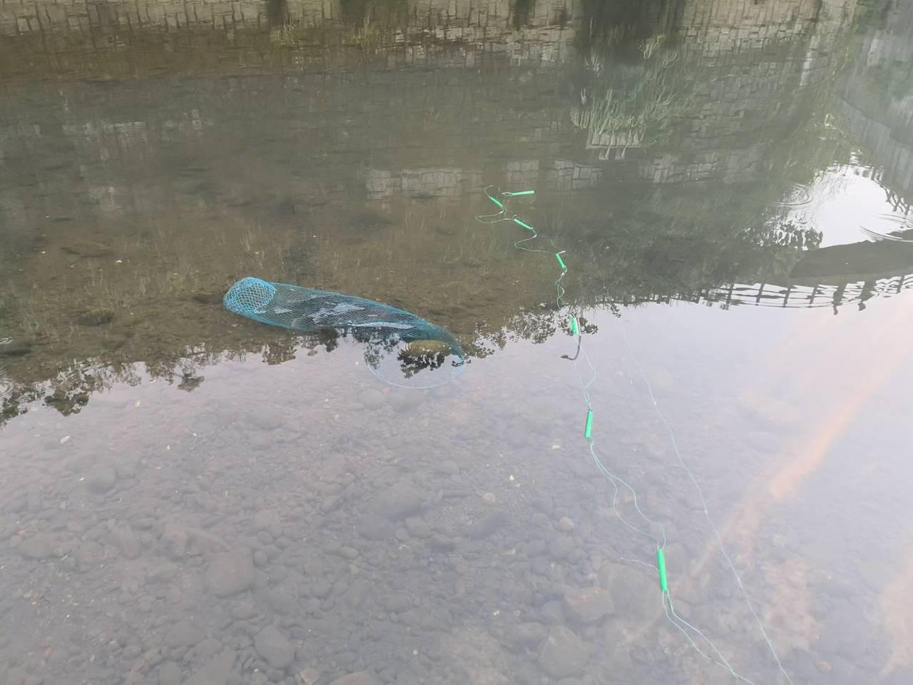 新北市消防局今天下午5點左右獲報,深坑區平埔街旁景美溪,疑似有人溺水,消防人員趕...