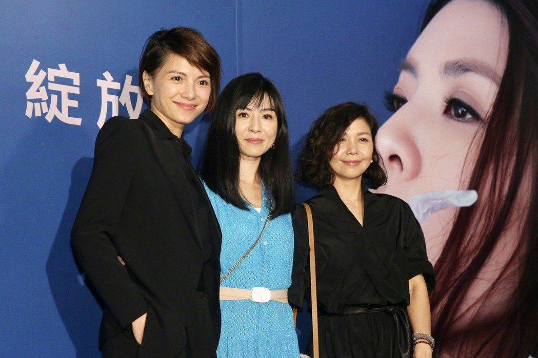 李心潔(左起)、楊采妮和于子育(琇琴)欣賞許茹芸的演出。記者林伯東/攝影