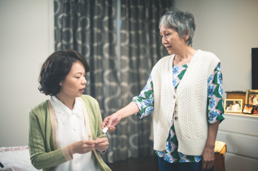 陸弈靜(左)和黃舒湄在「老鼠捧茶請人客」戲中飾演姊妹淘,私下也很有話聊。圖/民視...