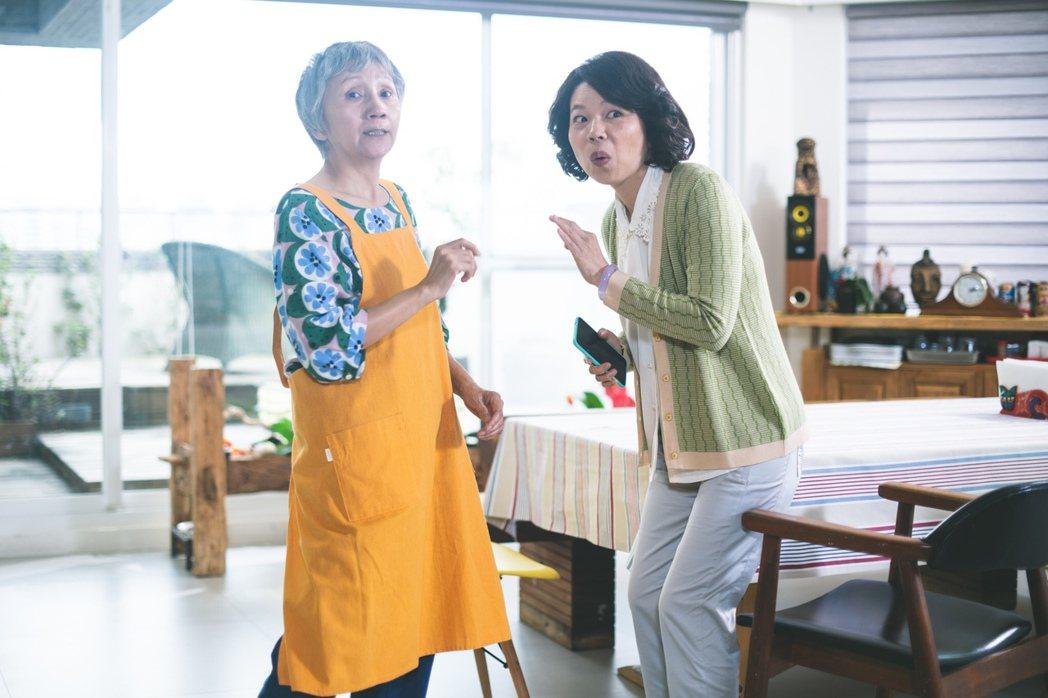 陸弈靜(左)和黃舒湄在「老鼠捧茶請人客」戲中飾演姊妹淘。圖/民視提供