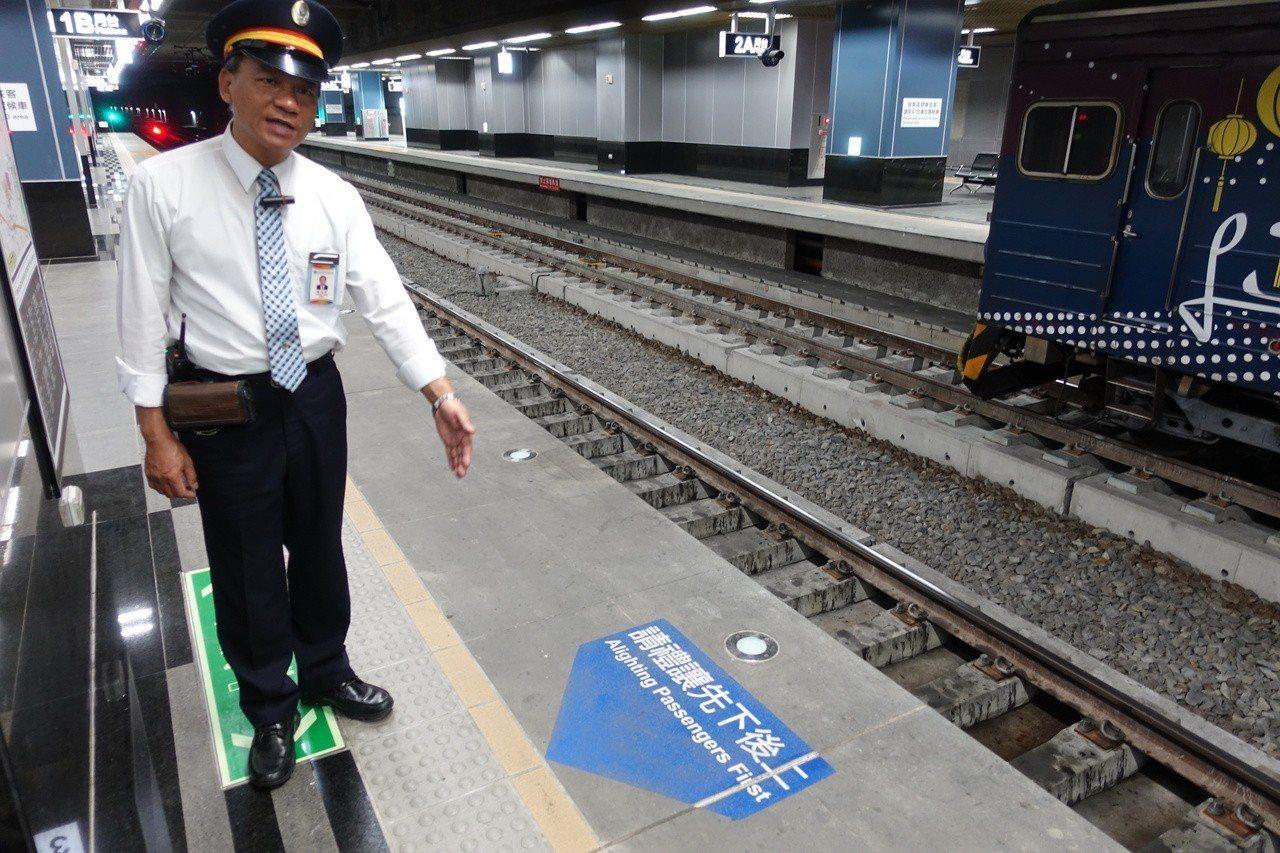 台鐵鳳山站長黃登瑞提醒,在月台等候搭火車時,不要超過月台黃色警示線。記者劉星君/...