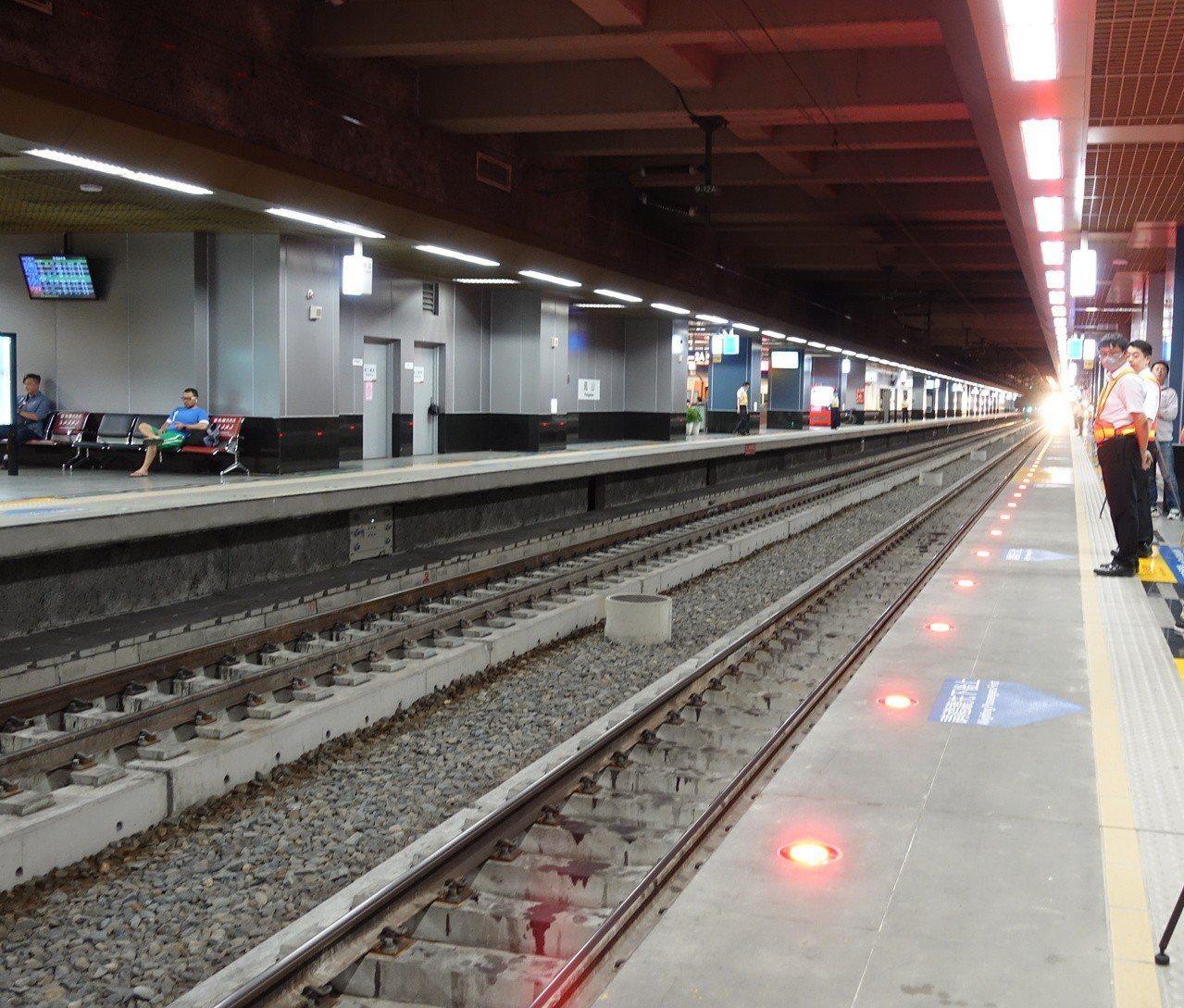 台鐵鳳山站長黃登瑞提醒,在月台等候搭火車時,不要超過月台黃色警示線。火車進站時,...