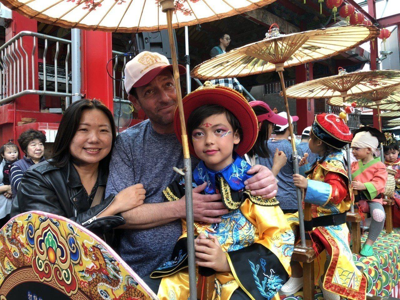 來自法國的謝東亮(中),去年與台籍妻子謝靜琪(左)及台法混血的兒子謝淳光(右)一...