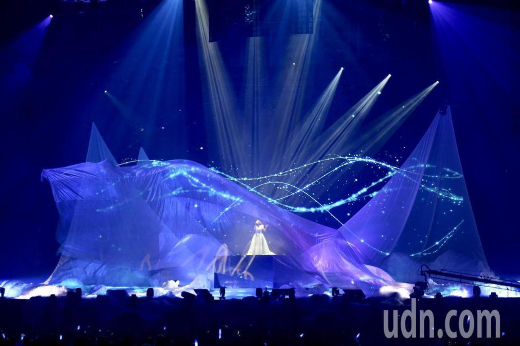 許茹芸「綻放的綻放的綻放」巡迴演唱會,晚上在台北小巨蛋舉行,以長達18公尺的飄紗...