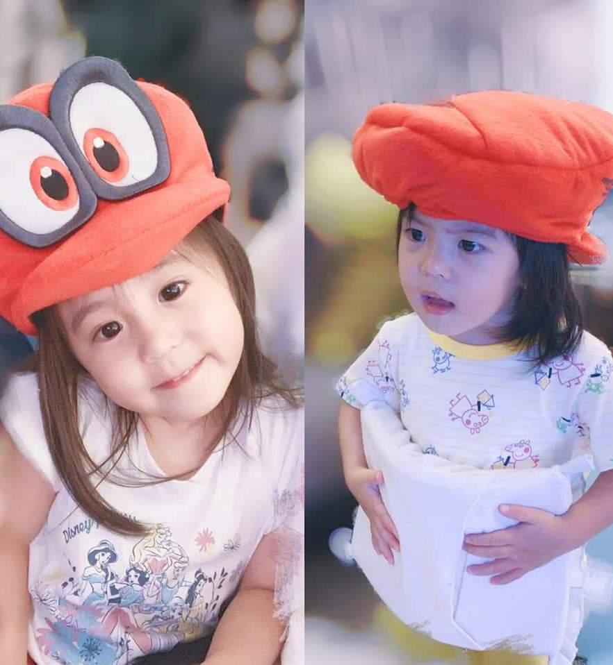 咘咘(左)、Bo妞戴卡通帽。圖/摘自臉書