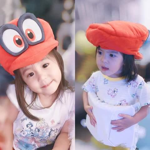 賈靜雯樂幫女兒們cosplay,上次把咘咘、Bo妞扮成「趙敏」和「金毛獅王」,這次又讓她們戴上電玩人物「瑪莉歐」的「凱比」帽子,但Bo妞故意把帽子戴反,又做怪表情搞笑。賈靜雯並有感而發:「有一句話在...