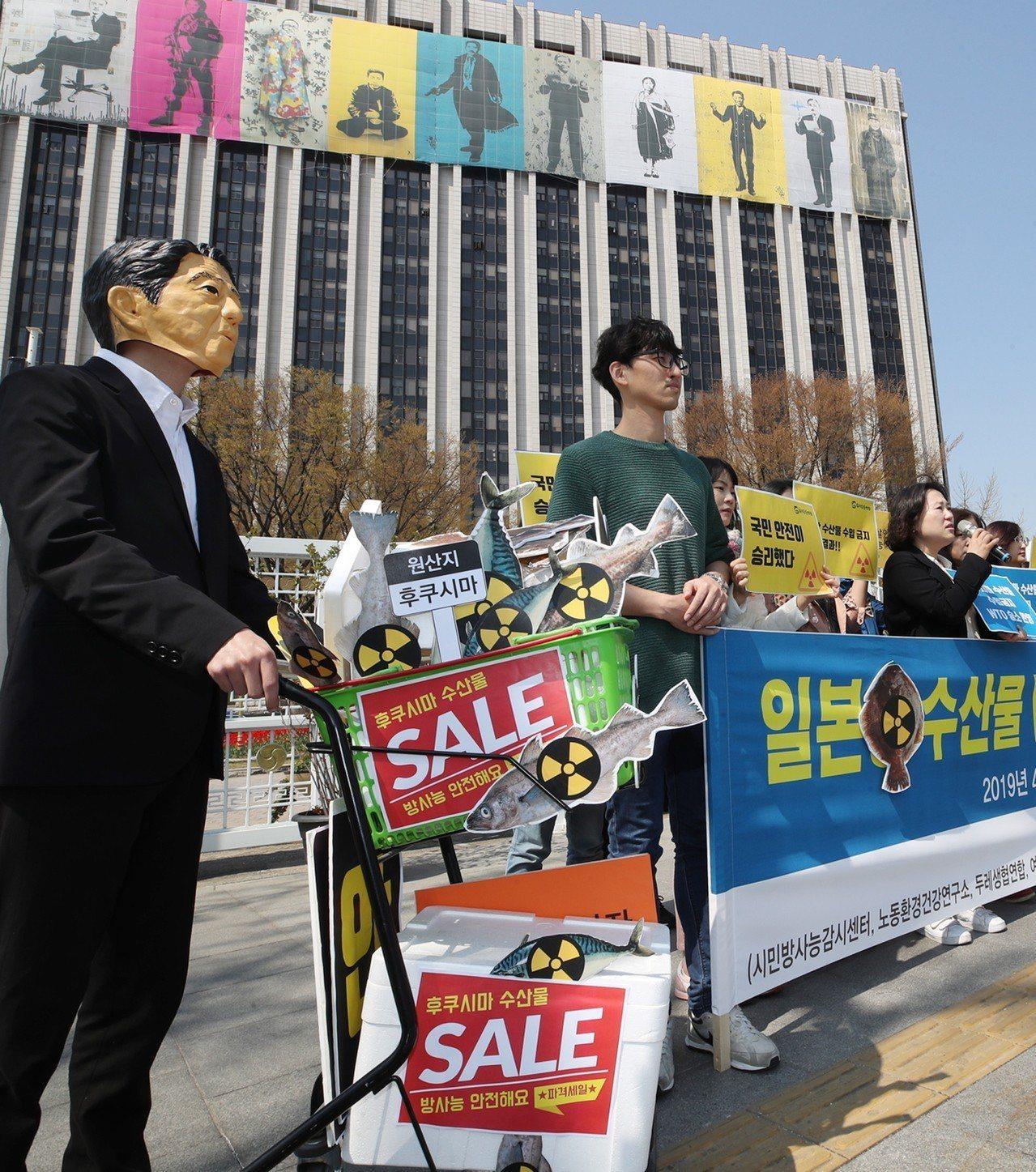 WTO裁決南韓得禁止日本八縣水產品進口,南韓民眾4月12日在首爾政府大樓前上演行...