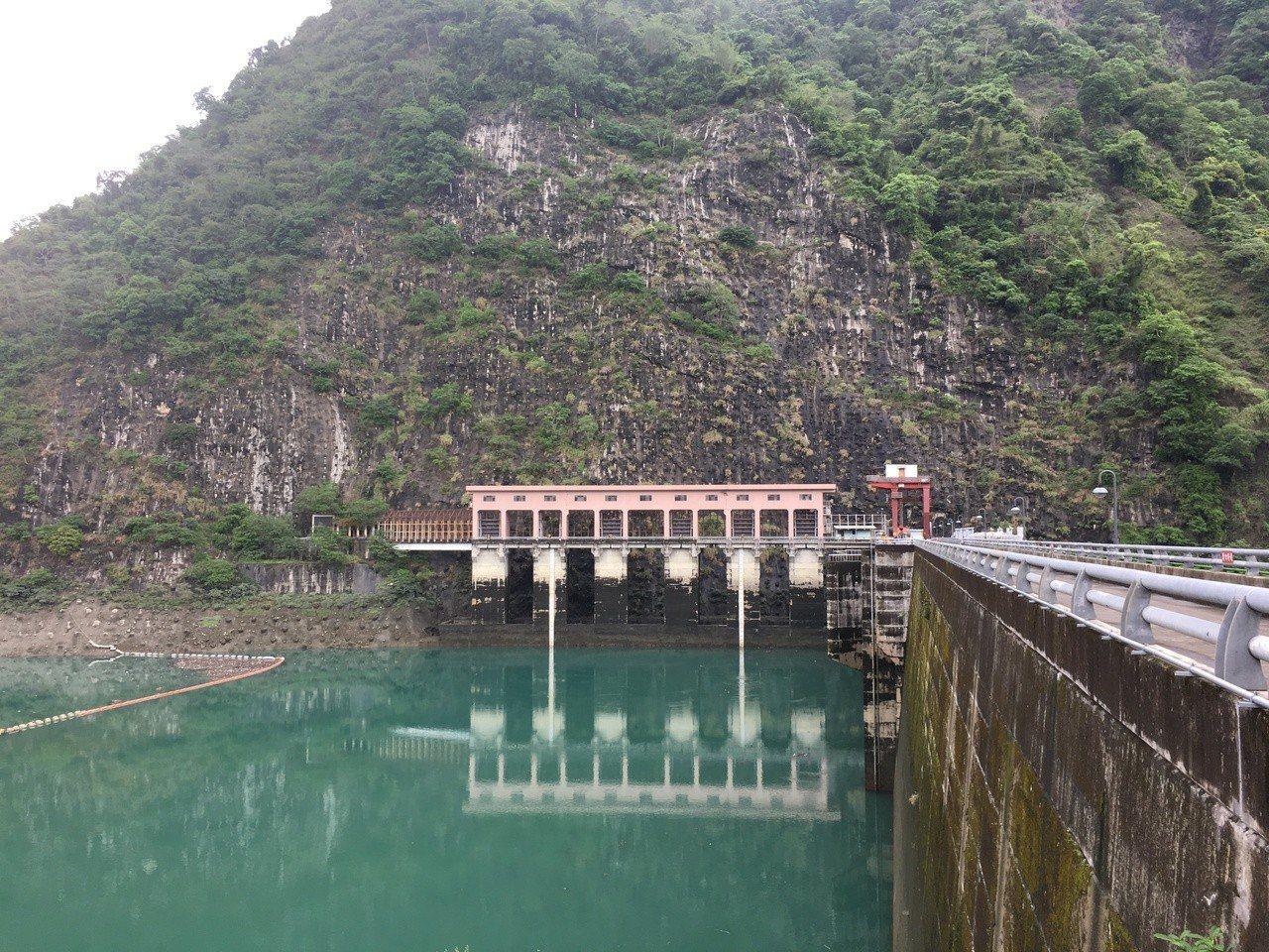 日月潭來的水發完電後,注入明潭。圖為發完電的排水口,若發電中,水位就會持續上升。...