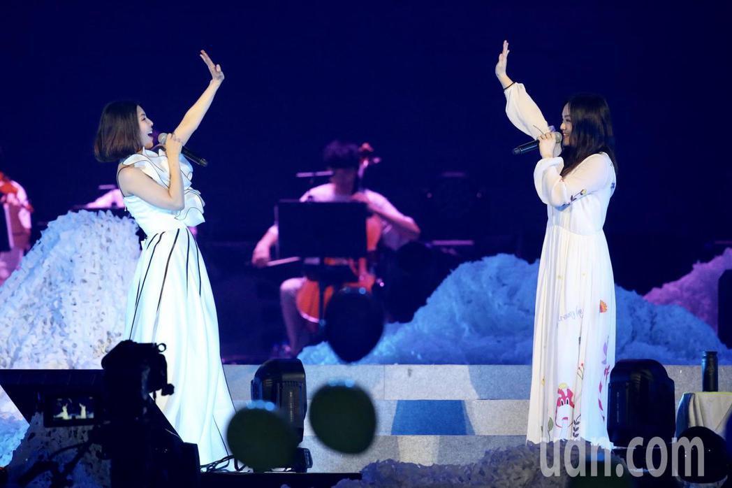 許茹芸(左)「綻放的綻放的綻放」巡迴演唱會晚上在台北小巨蛋舉行,邀請到嘉賓徐佳瑩