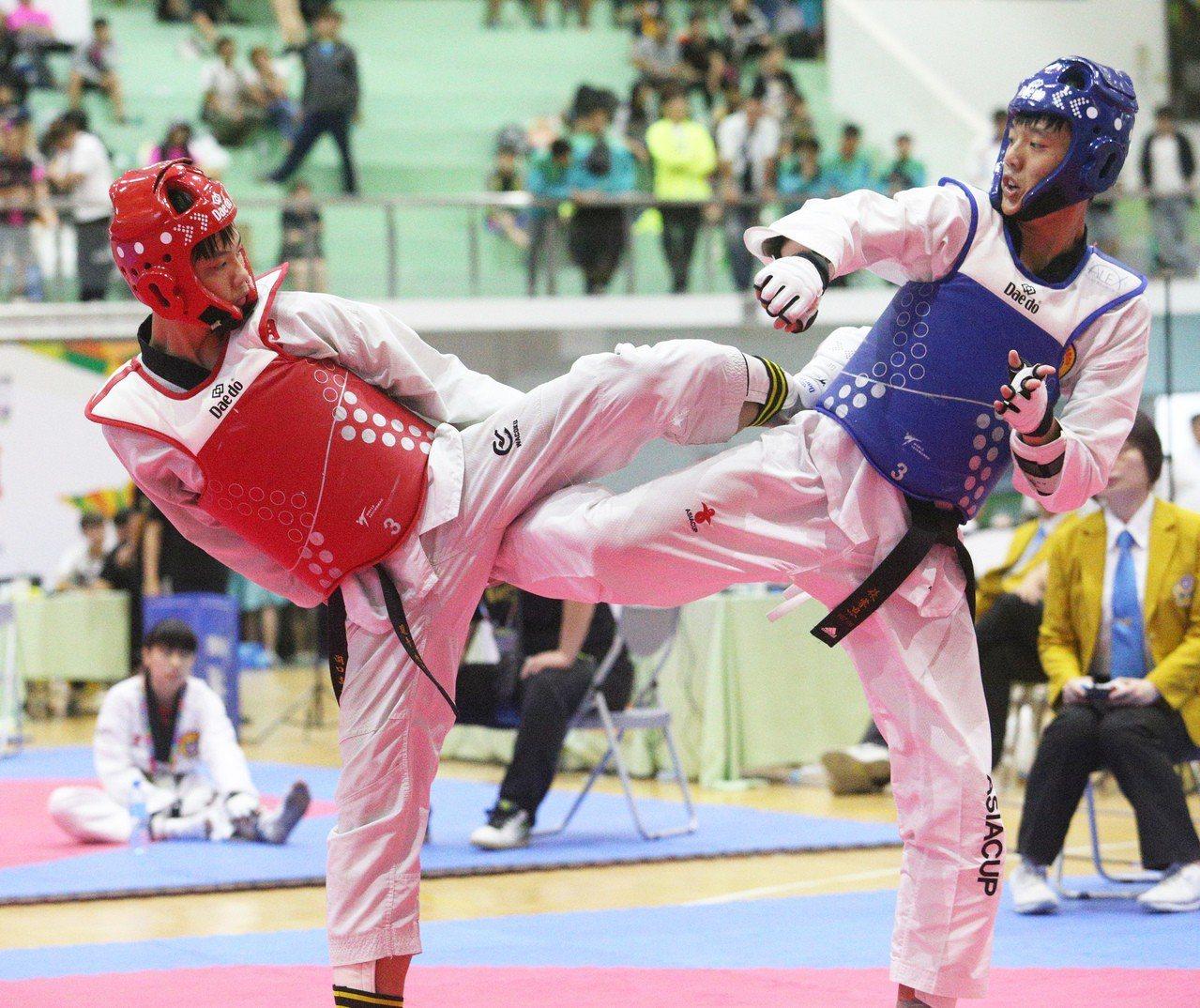 新竹縣湖口高中黃國丞(左)逆轉踢下國男63公斤級金牌。記者劉學聖/攝影