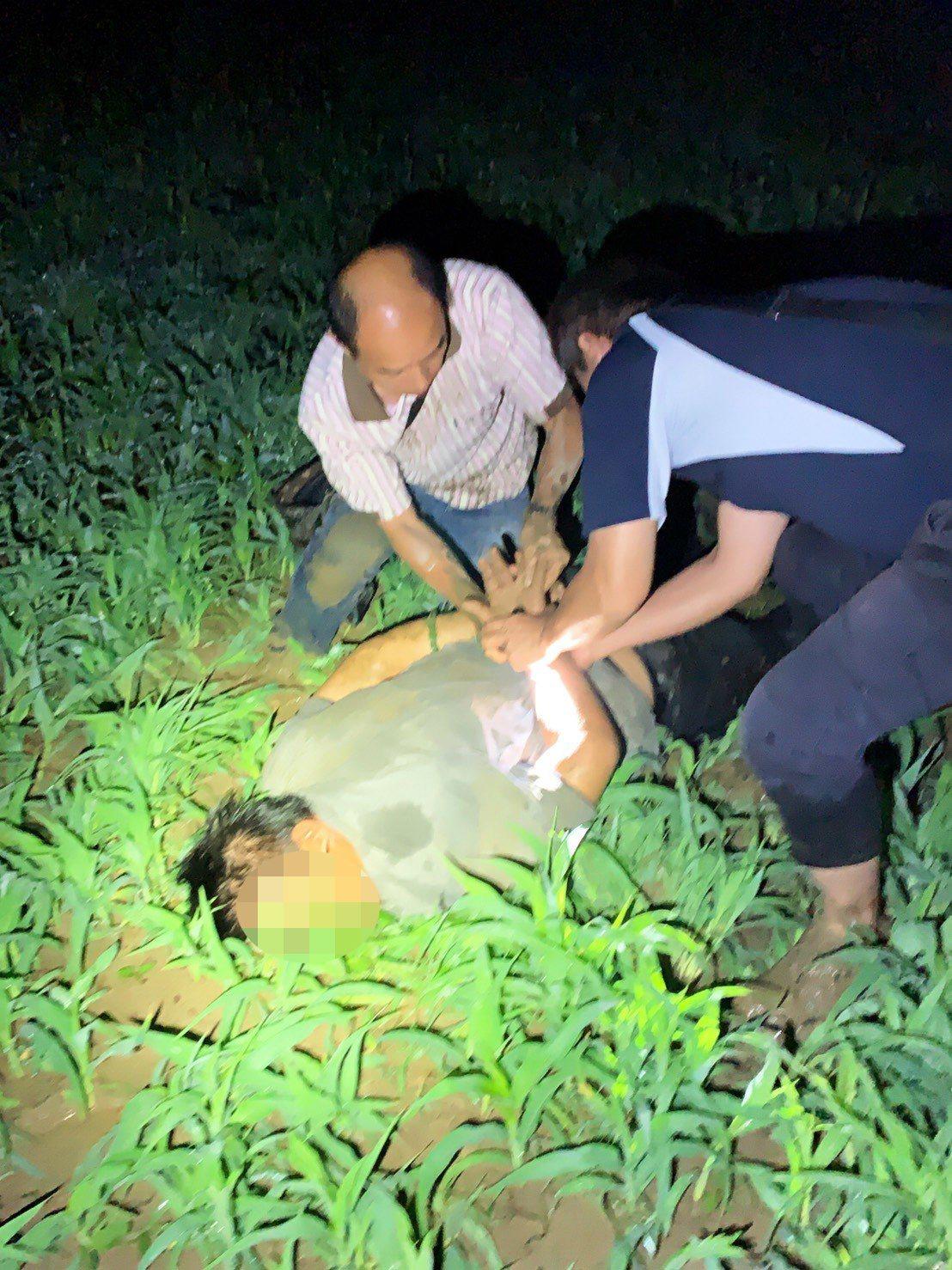 涉嫌殺害獨居老婦的周姓男子,今凌晨在台南落網。警方將周涉嫌強盜殺人、毒品危害防制...