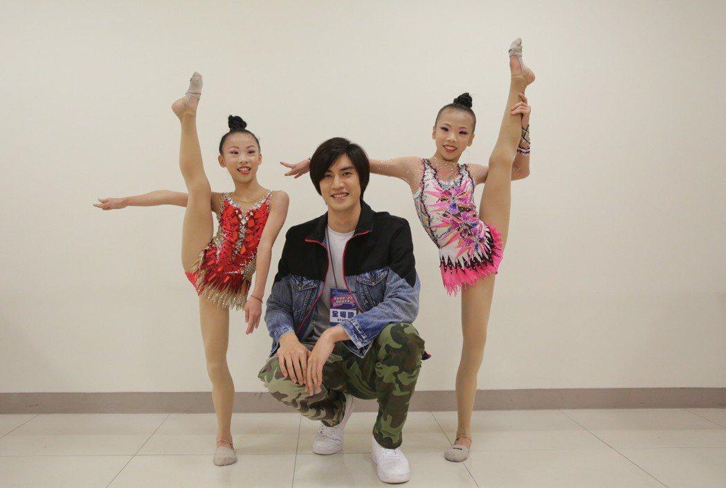 羅宏正(中)和中正國小的韻律體操隊跨界合唱。圖/寬寬整合行銷提供
