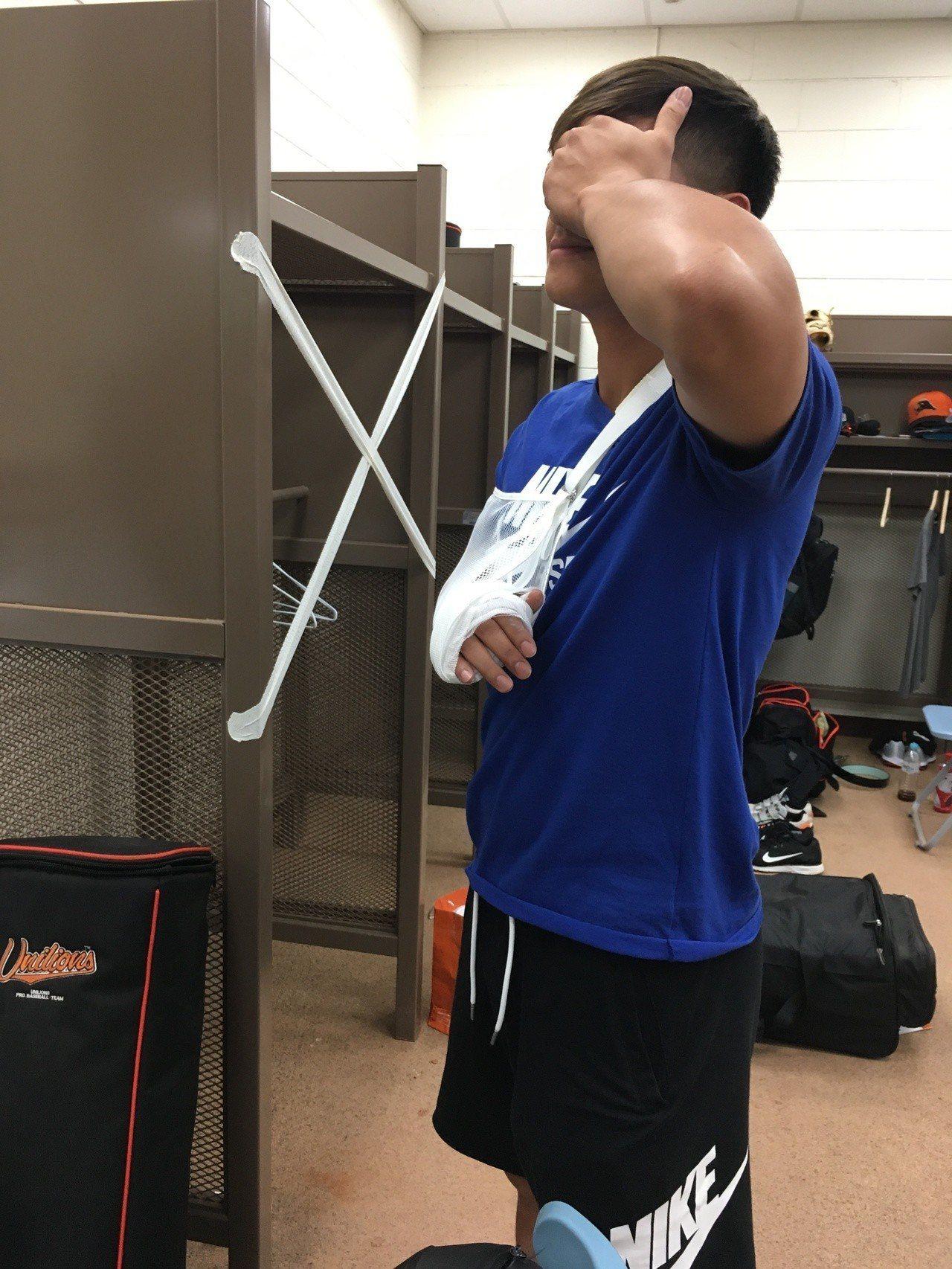 陳傑憲赴醫院檢查後回到球場,確定右手骨折。記者葉姵妤/攝影