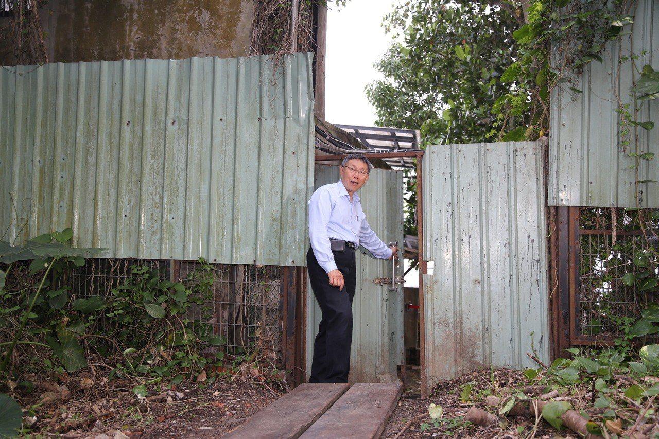 柯文哲穿越阻隔寶藏巖國際藝術村及自來水園區的鐵皮門。記者魏莨伊/攝影