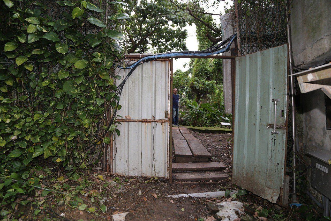 這一扇圍籬鐵門阻隔了小觀音山兩側的寶藏巖國際藝術村及自來水園區,受到軍事管制長達...