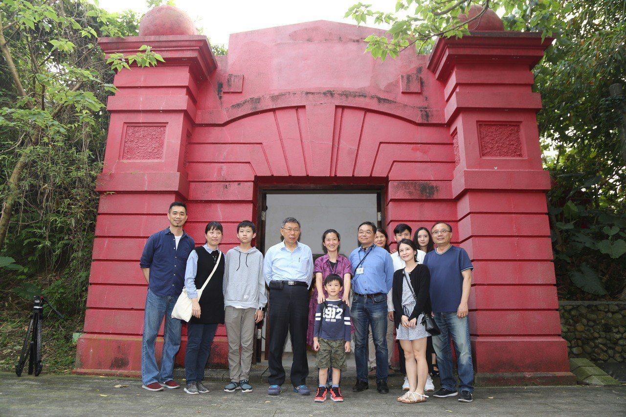 台北市長柯文哲(左4)參加「公館小觀音山秘境一日遊」,和民眾一起體驗古蹟自來水博...
