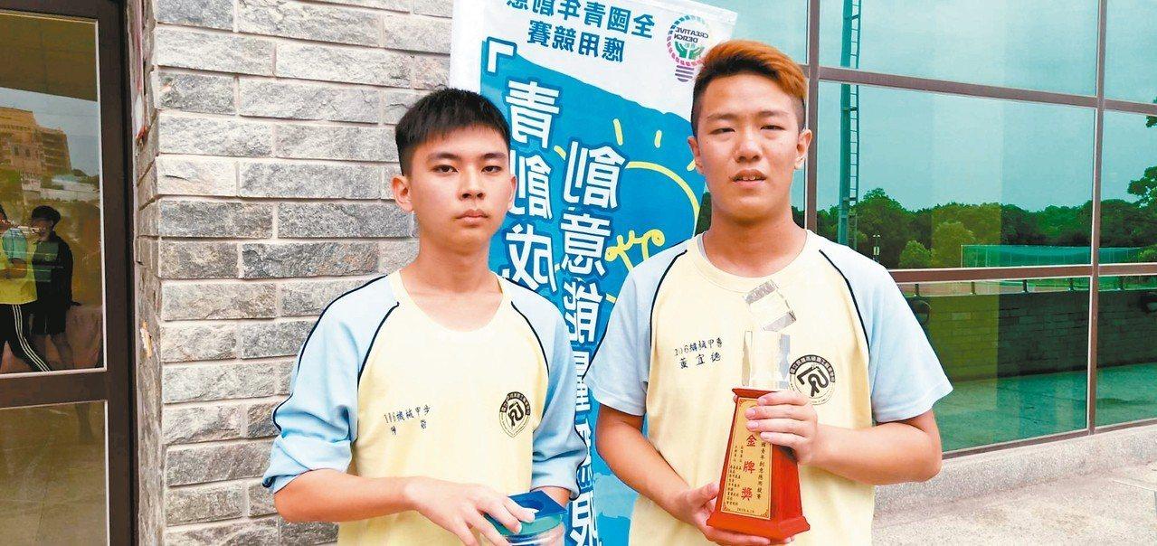 民雄農工陳敬(左)、黃宜德(右)作品「通通上不來」獲高中職組安全工程類金牌獎。 ...
