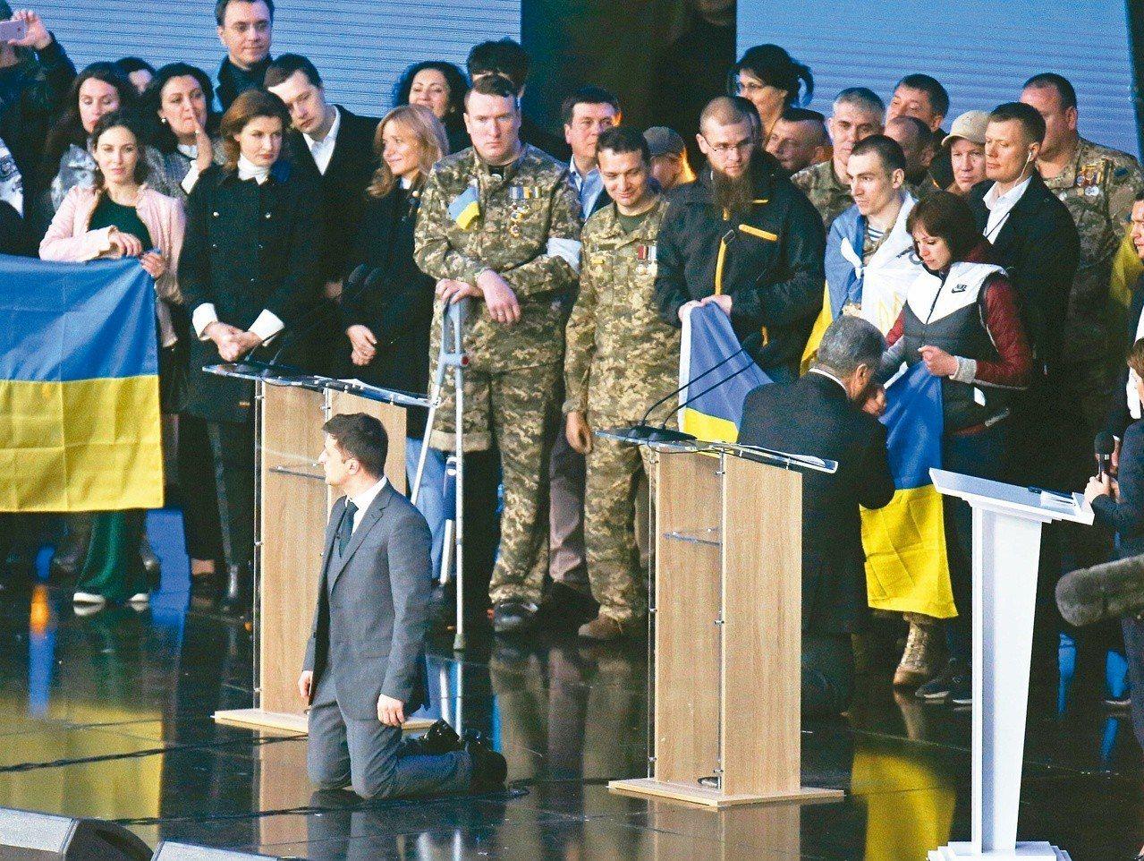 烏克蘭十九日舉行總統大選辯論,候選人澤倫斯基(左)講到激動處突然下跪,另一候選人...