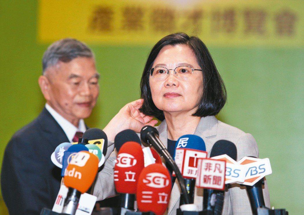 高雄市長韓國瑜訪美時說台灣沒有軍法,「就像太監穿西裝」。蔡英文總統(圖右)昨天表...