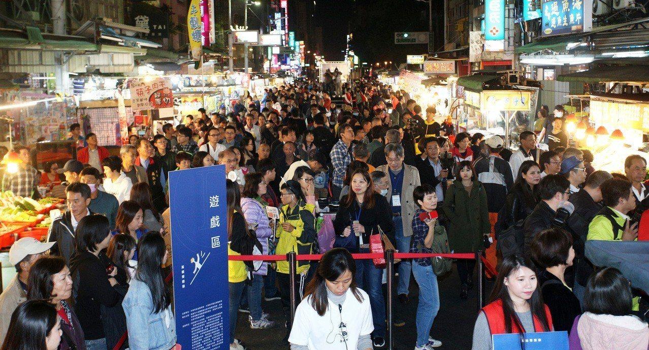 高市六合觀光夜市又湧人潮,可看出高市觀光遊客增加的趨勢。 圖/聯合報系資料照片