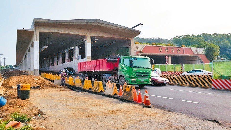 公路總局將舊鳳鼻隧道封閉施工,車流導引改走新隧道。 記者黃瑞典/攝影