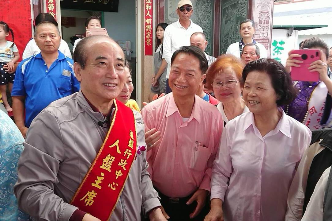 立法院前院長王金平(左)昨到嘉義縣布袋鎮魍港太聖宮參拜媽祖,受到群眾熱情歡迎。 ...