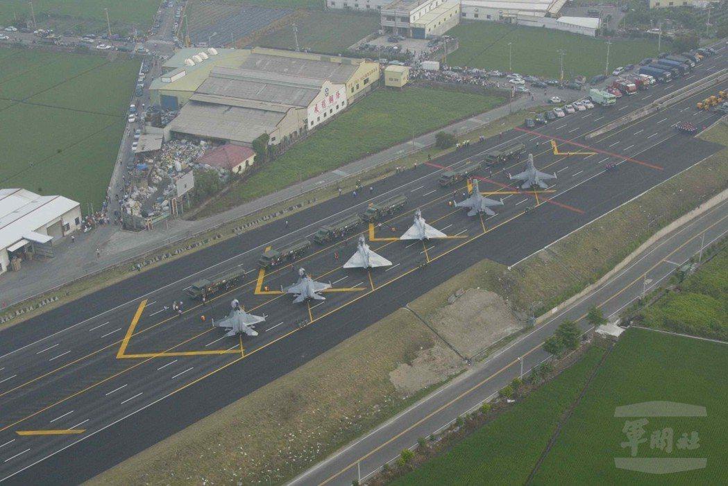 2007年的漢光23號演習,首度在彰化花壇驗證高速公路戰備道起降。 圖/軍聞社資...