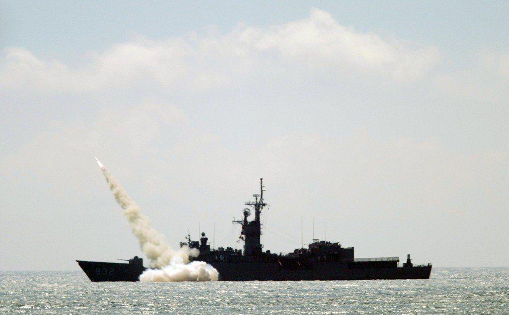 2006年漢光22號演習海軍濟陽軍艦向外海模擬中共軍艦的靶艦,發射魚叉飛彈,命中...