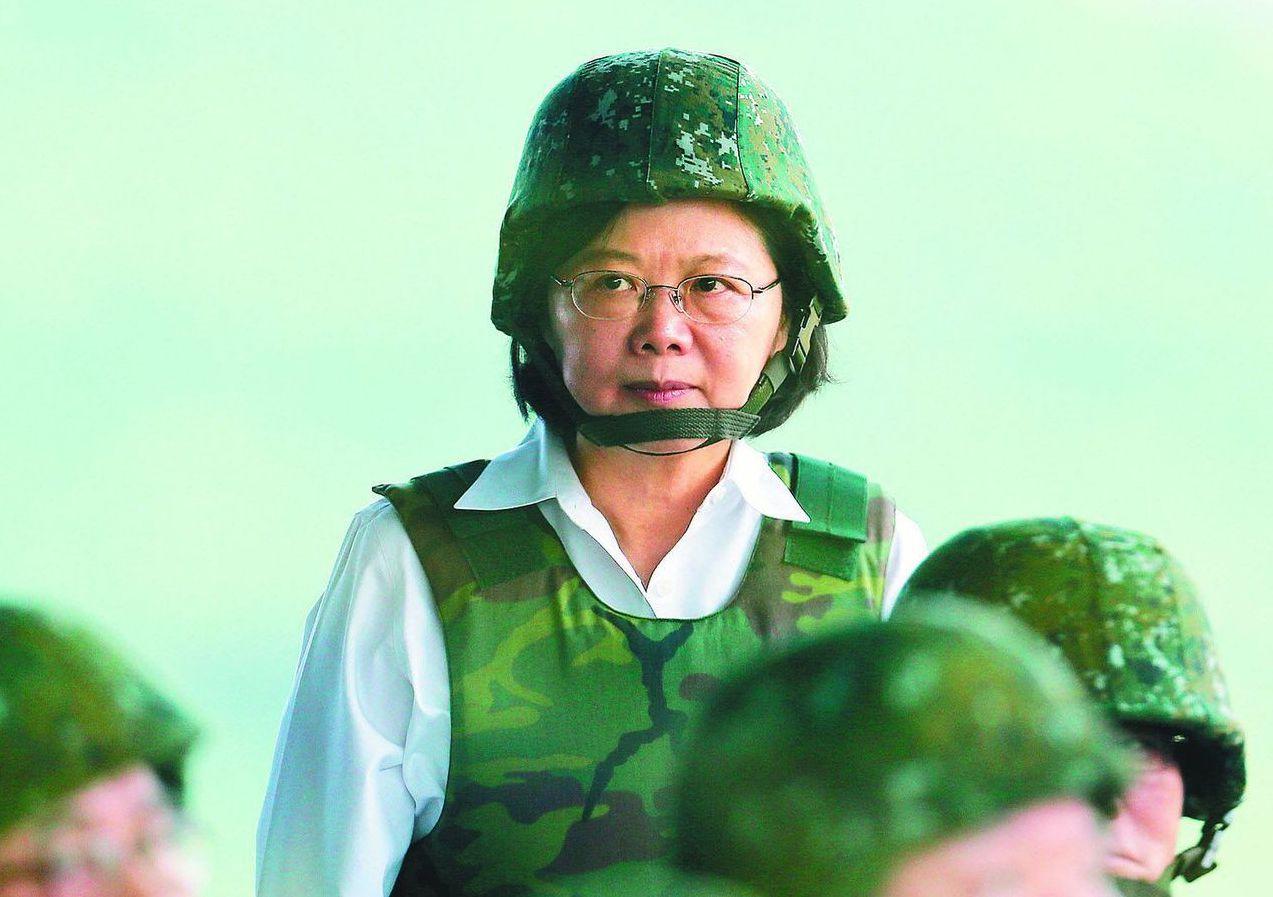 2017年,蔡英文總統親自到澎湖校閱漢光33號演習的火砲操演。 圖/聯合報系資料...