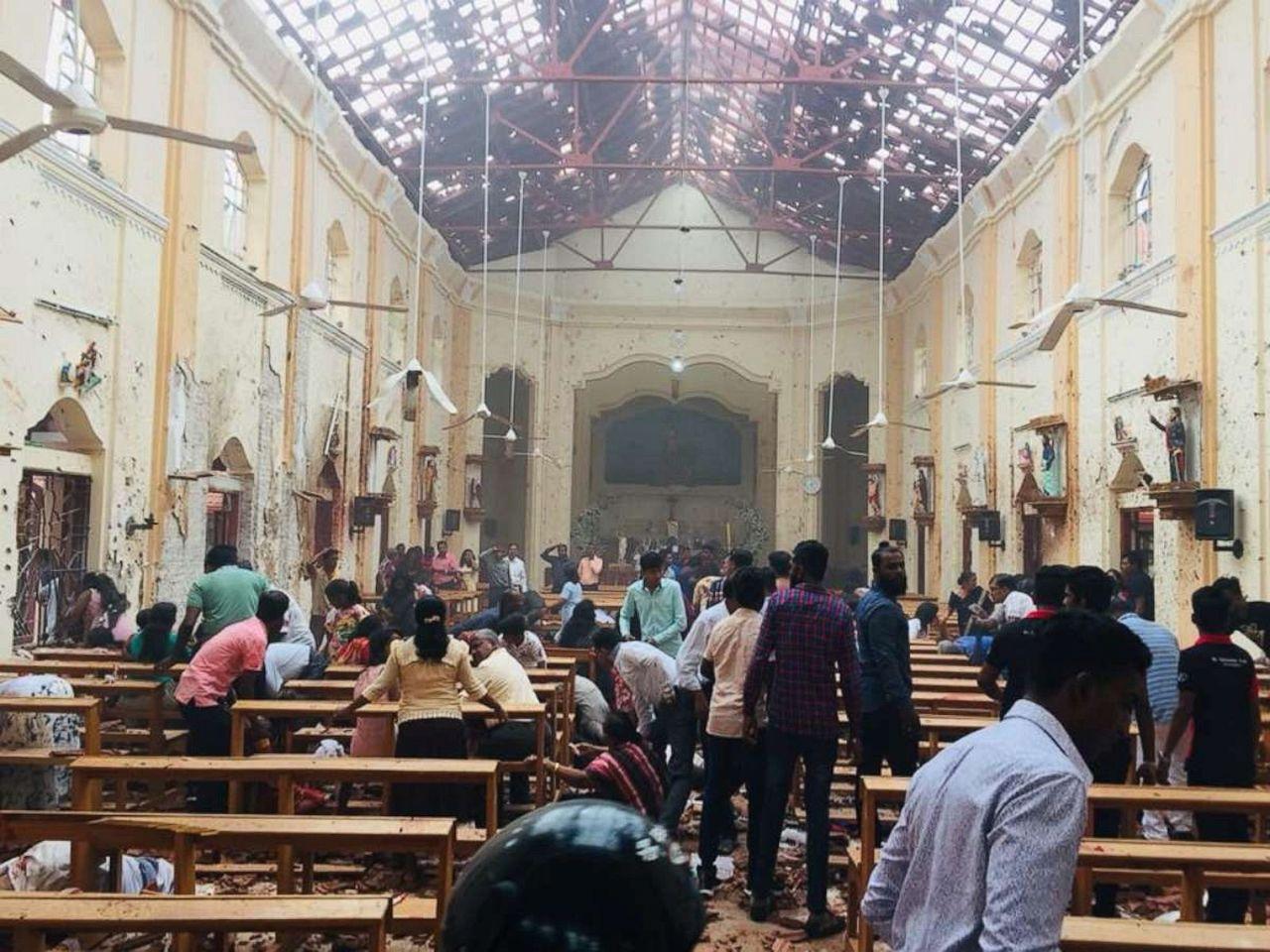 斯里蘭卡首都可倫坡的聖安東尼教堂21日遭到炸彈攻擊,目擊者將爆炸現場上傳至推特。...