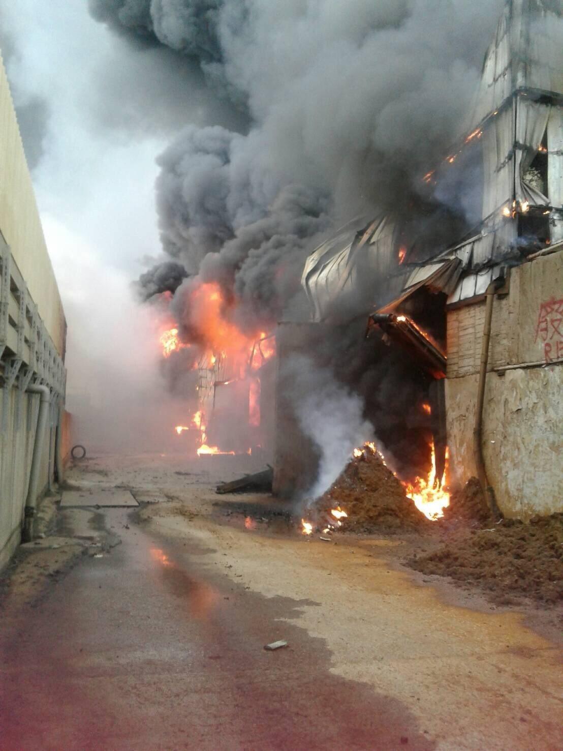 彰化縣線西鄉線工路一處資源回收工廠下午約4點發生火警,濃濃黑煙竄燒。圖/縣府提供