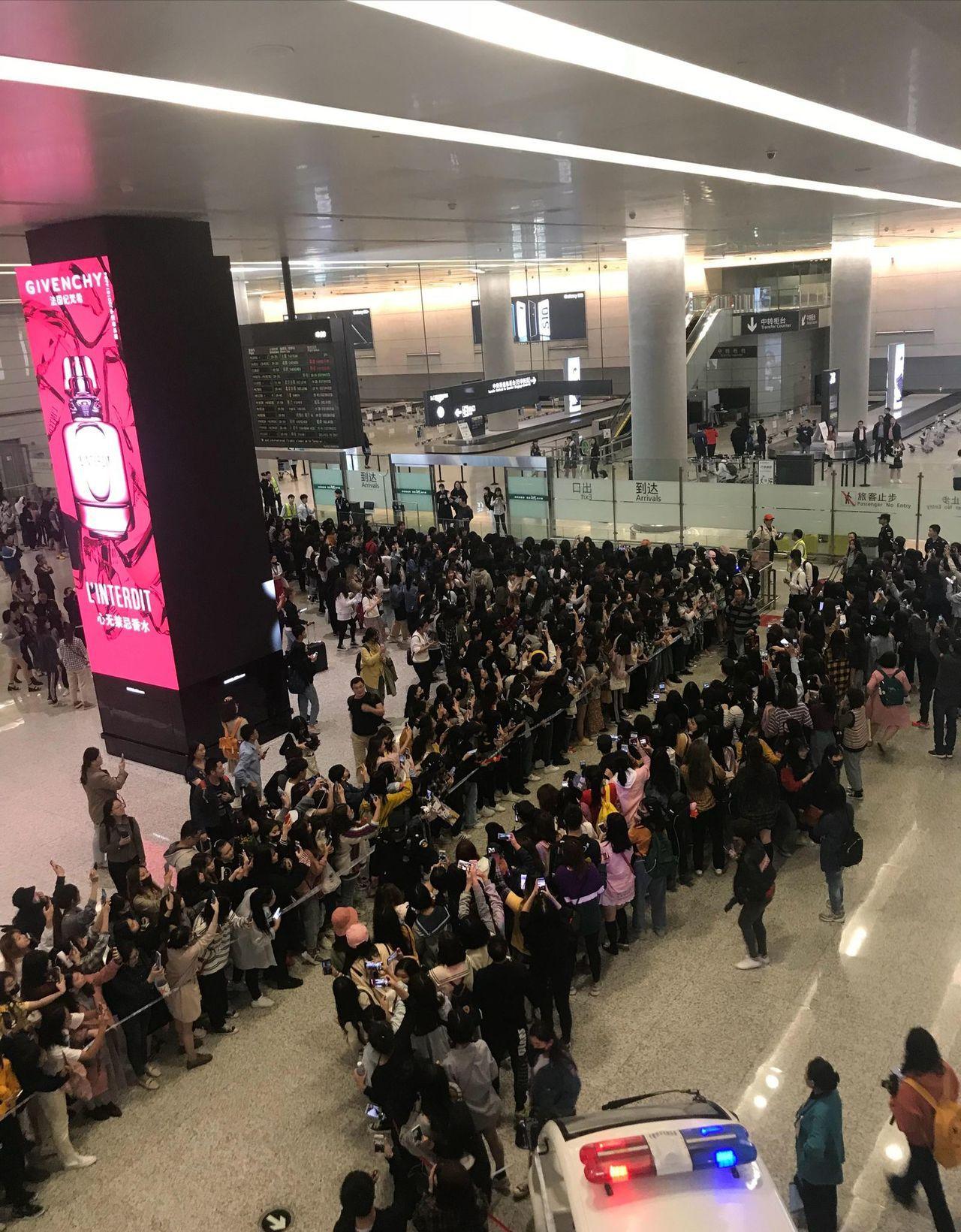 大批粉絲湧進虹橋機場接機。 圖/摘自微博