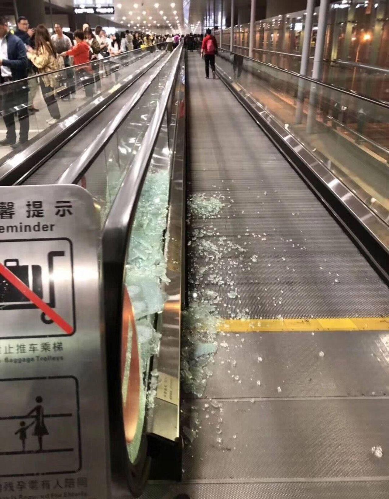 期間擁擠現場令電梯旁的玻璃碎一地。 圖/摘自微博